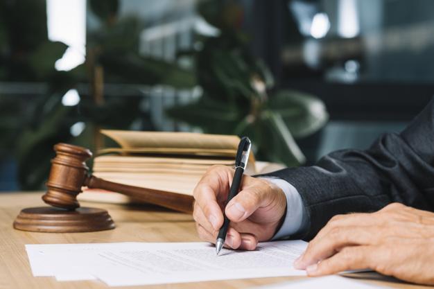 עובדת שפוטרה בניגוד לחוק השוויון – תקבל פיצויים