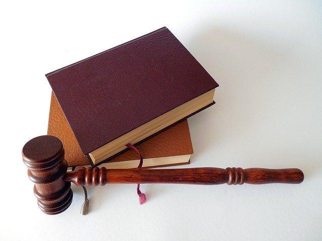 """כיצד לבחור עו""""ד פלילי לייצוג בעבירת זיוף מסמכים"""